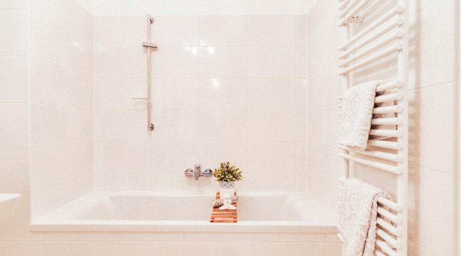 Das Badezimmer mit großzügiger Badewanne und Handtuchtrockner