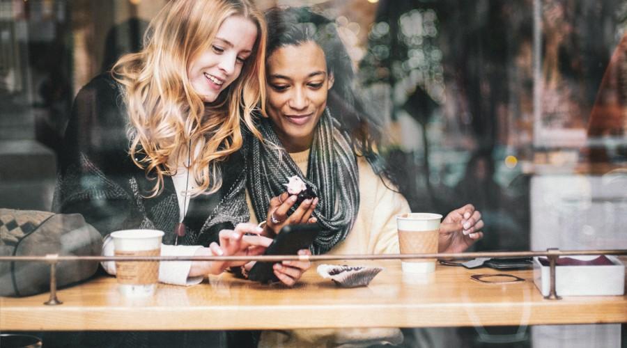 Zwei junge Frauen im Café