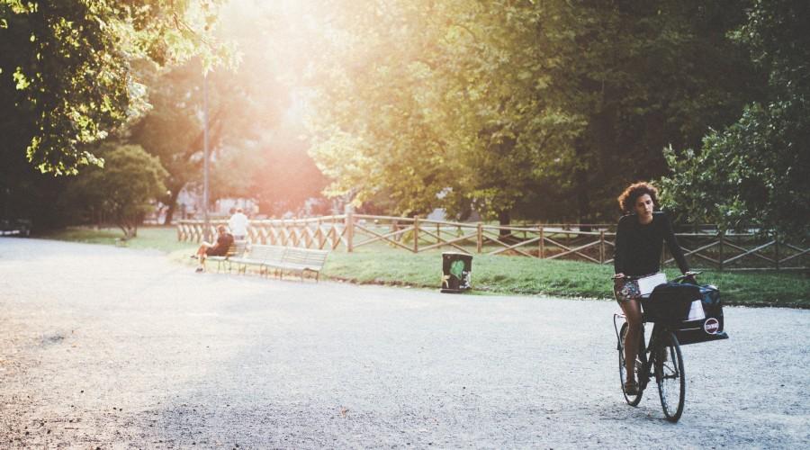 Radfahrerin im Park