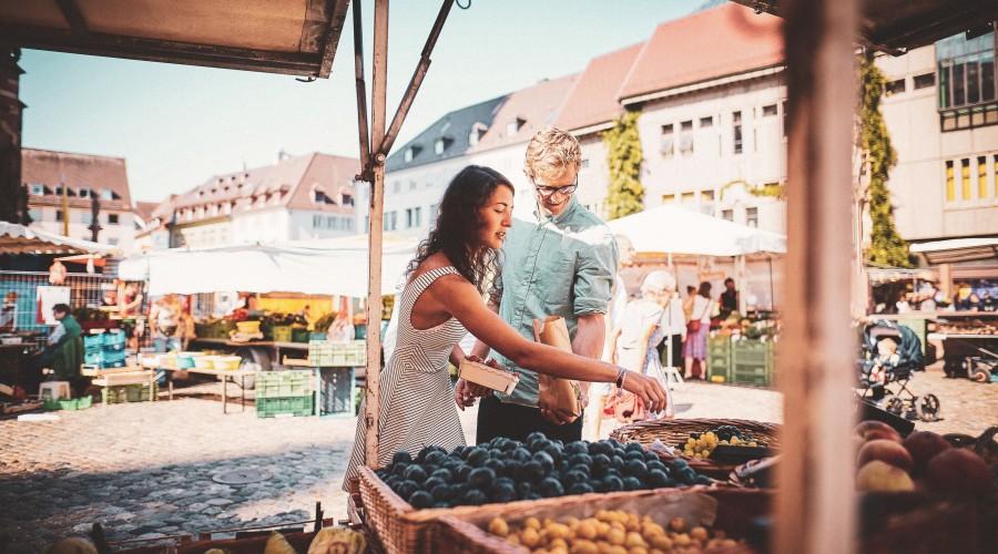junges Paar am Wochenmarkt in der Innenstadt